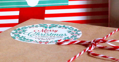 Detalle de etiqueta digital pegada sobre regalo de navidad